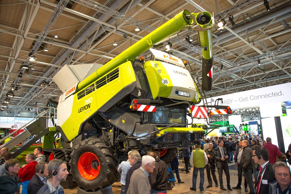 Besucher bestaunen Claas Lexion auf der Agritechnica 2017