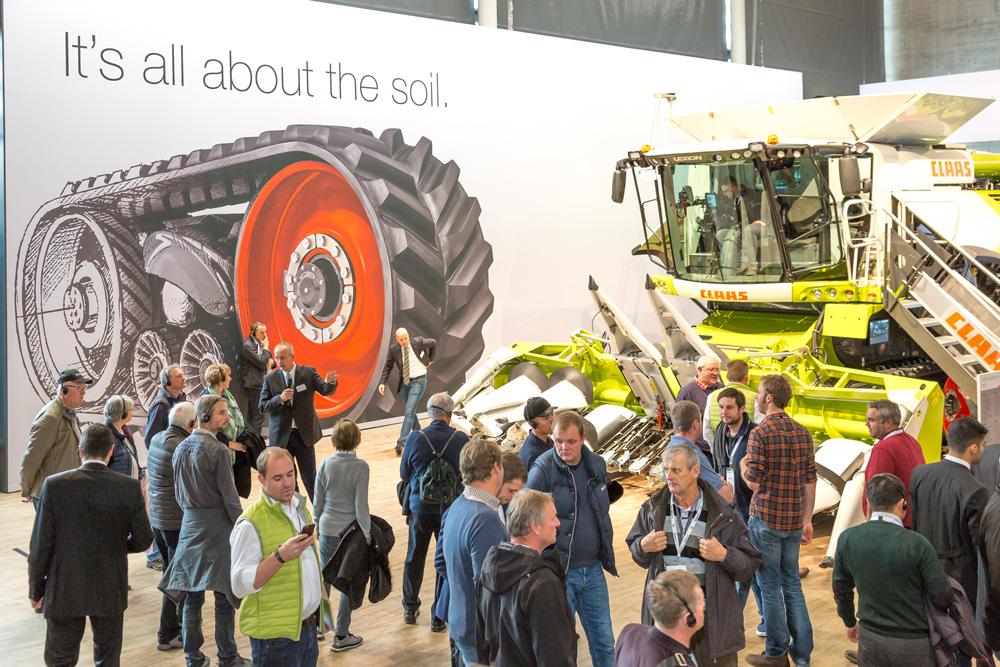 Besucher schauen sich Claas Mähdrescher auf der Agritechnica 2017 an