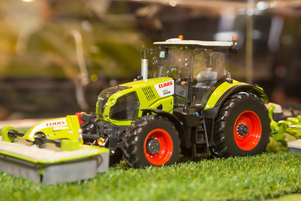 Miniaturausgabe eines Claas Traktors auf der Agritechnica 2017